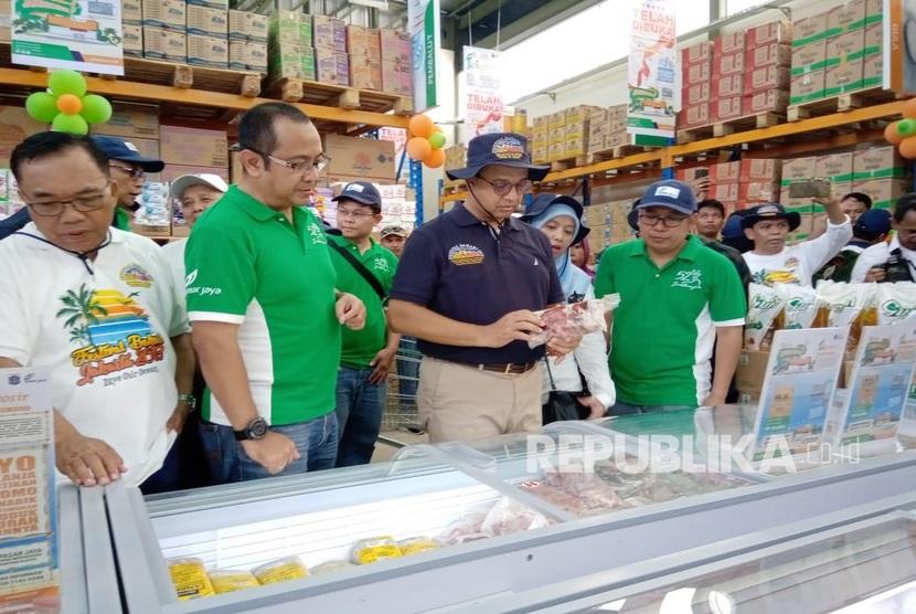 Gubernur DKI Jakarta mengecek bahan pangan yang ada di JakGrosir Kepulauan Seribu. Gerai tersebut terletak di Pulau Tidung Besar, Kecamatan Kepulauan Seribu Selatan, Kabupaten Administrasi Kepulauan Seribu, Ahad (22/9).