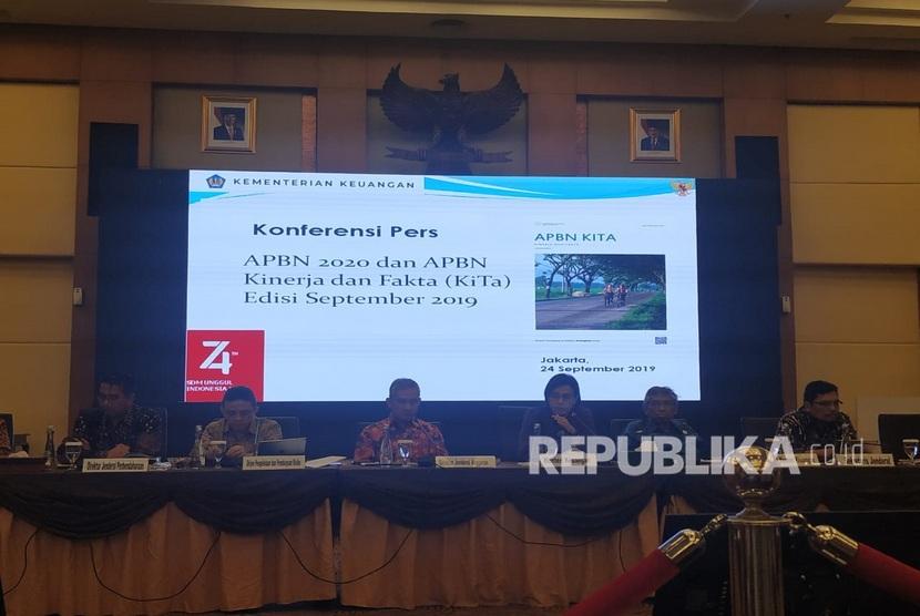 Menteri Keuangan Sri Mulyani (tengah) dalam konferensi pers kinerja APBN sampai akhir Agustus 2019 di Gedung Direktorat Jenderal Pajak, Jakarta, Selasa (24/9).
