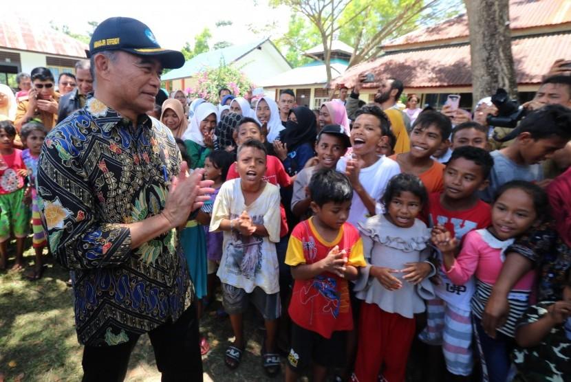 Mendikbud Muhadjir Effendy menyapa siswa TK, SD, SMP dan SMA/SMK yang mengungsi di SMAN 4 Salahutu, Desa Liang, Kabupaten Maluku Tengah, Maluku, Senin (30/9/2019).