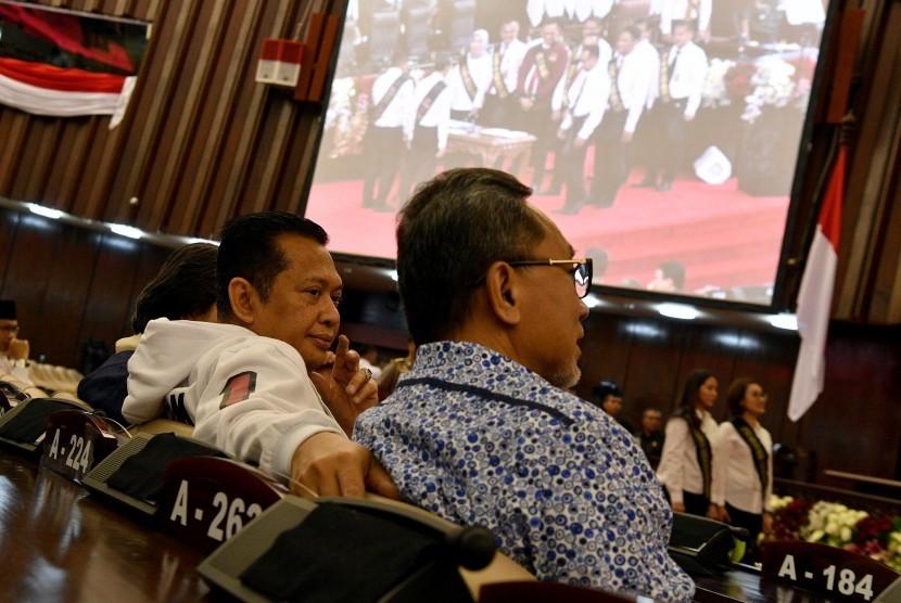 Ketua MPR Bambang Soesatyo (kiri) berbincang dengan Wakil Ketua MPR Zulkifli Hasan saat gladi bersih pelantikan presiden dan wakil presiden masa jabatan 2019-2024 di Kompleks Parlemen, Senayan, Jakarta, Sabtu (19/10/2019).