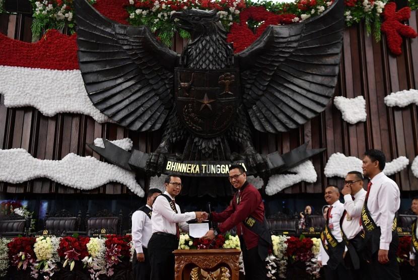 Petugas melakukan gladi bersih pelantikan presiden dan wakil presiden masa jabatan 2019-2024 di Kompleks Parlemen, Senayan, Jakarta, Sabtu (19/10/2019).