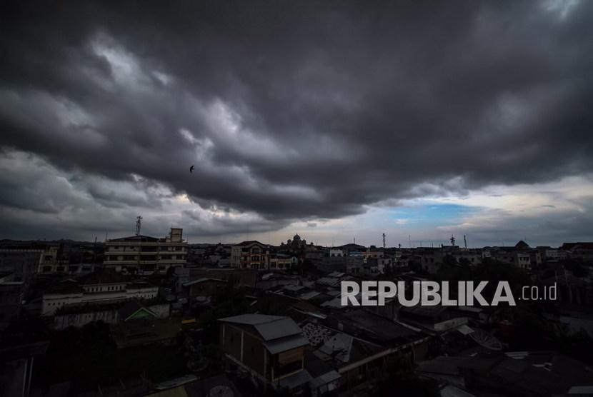 Awan Hitam Cumulonimbus. Masyarakat di pesisir selatan Jatim diminta waspada terhadap gelombang tinggi dan angin kencang.