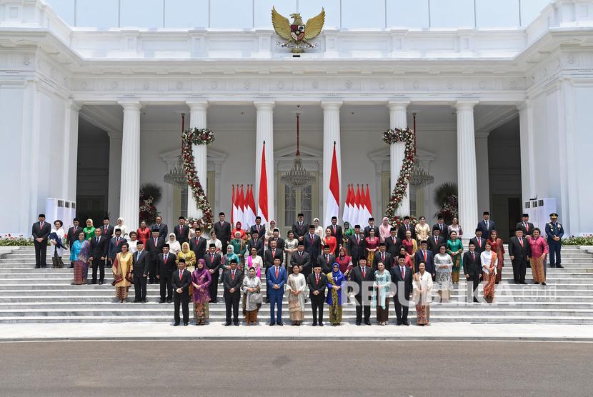 Presiden Joko Widodo didampingi Wapres Maruf Amin berfoto bersama jajaran menteri Kabinet Indonesia Maju yang baru dilantik dengan didampingi istri dan suami mereka di Istana Merdeka, Jakarta, Rabu (23/10/2019).