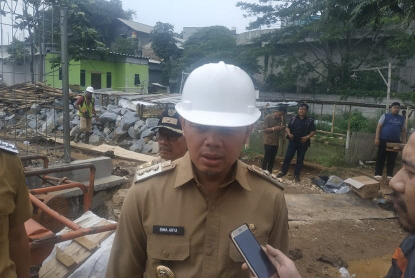 Wali Kota Bogor Bima Arya Sugiharto meninjau pembagunan kolam retensi di Cibuluh, Kecamatan Bogor Utara, Kota Bogor, Selasa (12/11).