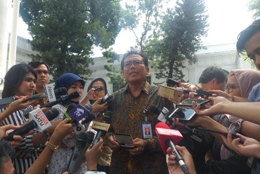 Jubir Istana, Fadjroel Rachman, memberi keterangan kepada media di Istana Negara.