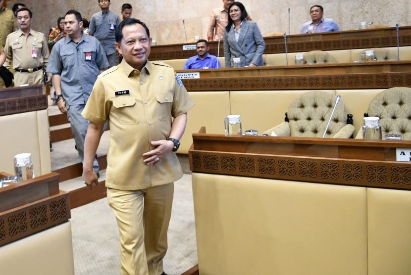 Menteri Dalam Negeri (Mendagri) Tito Karnavian (kanan) mempertanyakan status khusus DKI Jakarta dalam rapat komisi II DPR RI, Rabu (22/1).