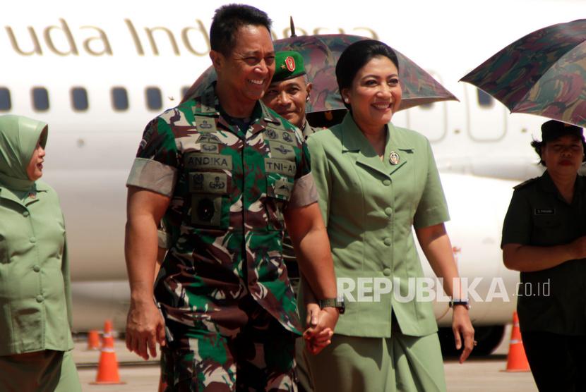 Kepala Staf Angkatan Darat (Kasad ) Jenderal TNI Andika Perkasa (kiri) bergandengan tangan dengan istrinya saat tiba di bandara El Tari Kupang, NTT, Senin (9/12/2019).