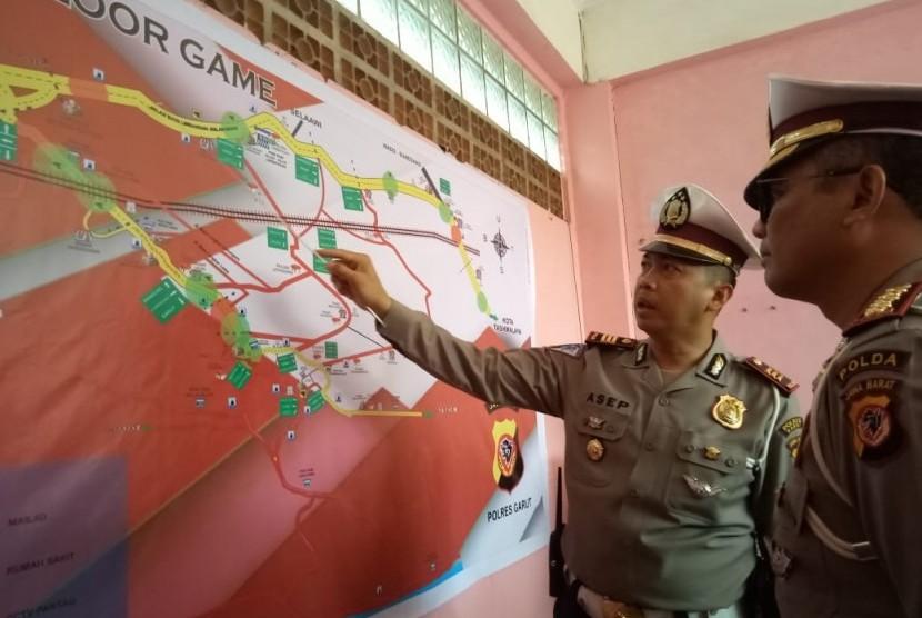 Direktur Lalu Lintas Polda Jabar Kombes Pol Eddy Djunaedi (kacamata) saat meninjau lalu lintas di Jalan Raya Limbangan, Kabupaten Garut.