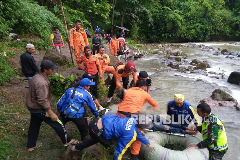 Petugas gabungan dari SAR Pagaralam, TNI, Polri, BPBD dan Tagana melakukan evakuasi korban kecelakaan Bus Sriwijaya dengan rute Bengkulu - Palembang yang masuk jurang di Liku Lematang, Prahu Dipo, Dempo Selatan, Pagaralam, Sumatera Selatan, Selasa (24/12/2019).