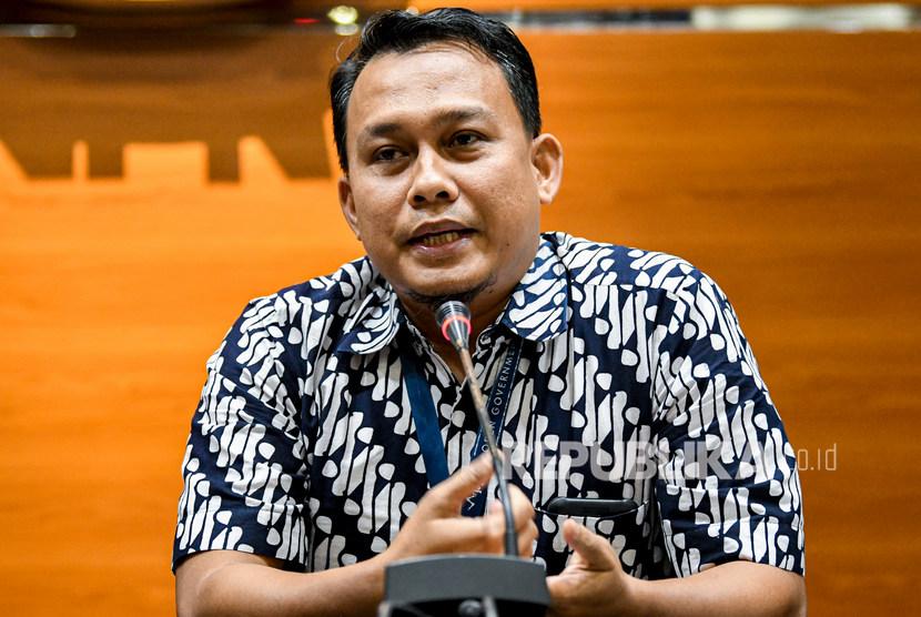 KPK Sebut Saat Ini Selidiki Puluhan Kasus Korupsi. Foto: Pelaksana Harian (Plh) Juru Bicara KPK yang baru Ali Fikri menyampaikan konferensi pers di gedung KPK, Jakarta, Jumat (27/12/2019).