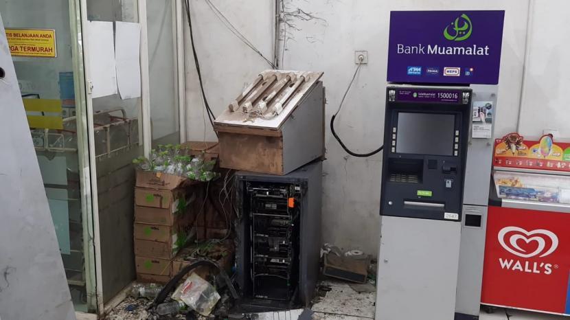 2 buah mesin ATM di Minimarket Pangkalan 3, Jalan Raya Narogong Siliwangi, Kecamatan Bantargebang, Kota Bekasi, dibobol rampok. Salah satunya mesin ATM BRI terlihat hancur lebur tak bersisa,  rampok diduga menggunakan mesin las untuk melancarkan aksinya, Kamis (17/6).