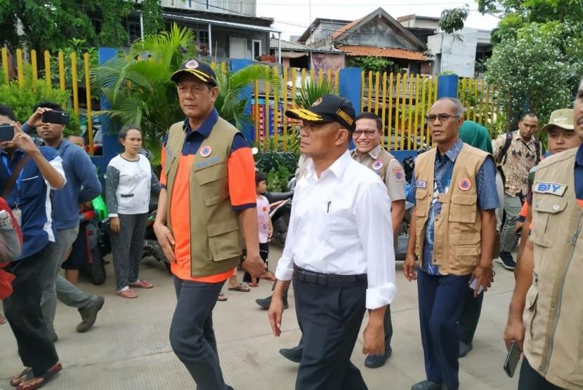 Menko PMK Muhadjir Effendy dan Kepala BNPB Doni Munardo menyambangi pintu air Manggarai, Jakarta, Kamis (2/1).