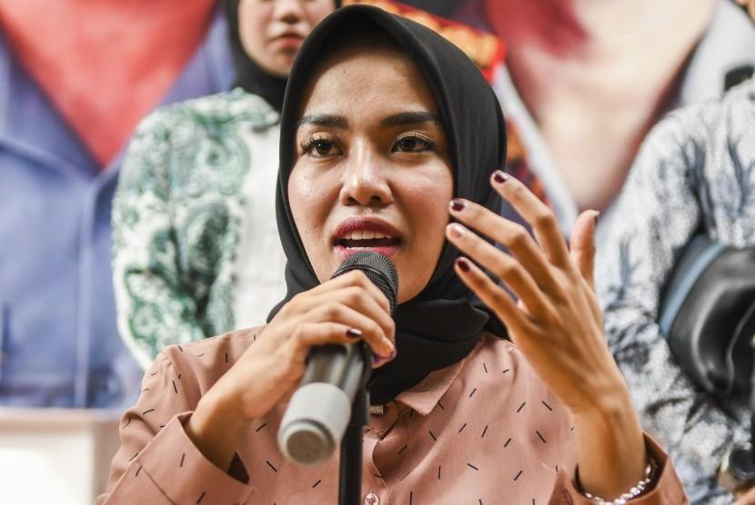 Tersangka penyalahgunaan narkoba yang juga artis Medina Zein memberikan keterangan pers saat rilis penyalahgunaan narkotika di Dit Resnaroba Polda Metro Jaya, Jakarta, Jumat (03/01/2020).