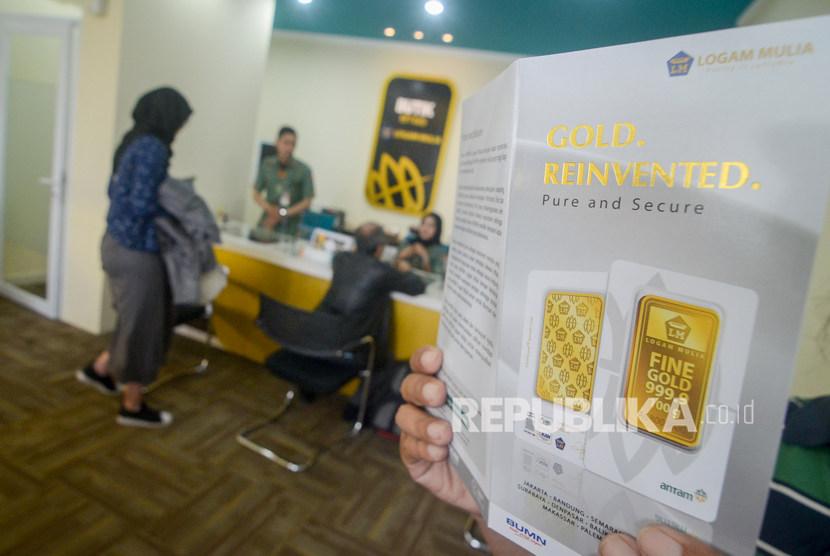 Karyawan melayani warga yang akan menjual emasnya di Butik Emas Logam Mulia Antam, Bandung, Jawa Barat, Rabu (8/1). Harga logam mulia Antam untuk emas dirilis Rp 928.000 per gram pada perdagangan Jumat (3/7)
