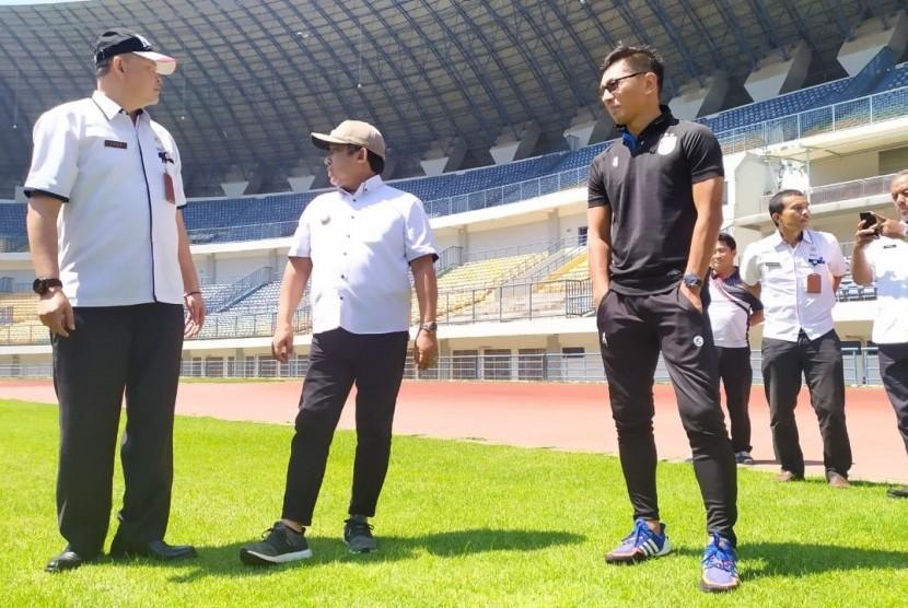 Wakil Wali Kota Bandung, Yana Mulyana bersama Direktur Utama PT PBB, Teddy  Tjahjono meninjau Stadion GBLA, Selasa (14/1).