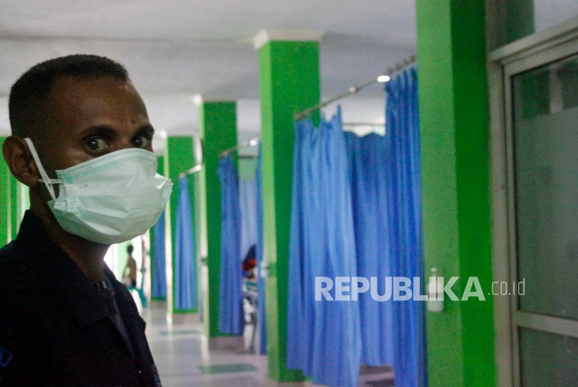 Ruang Isolasi Covid-19 RSUD Sorong Penuh. Petugas keamanan memakai masker saat berjaga di ruang Instalasi Gawat Darurat (IGD) Rumah Sakit Umum Daerah (RSUD) Sele Be Solu Kota Sorong, Papua Barat, Ahad (26/1/2020).
