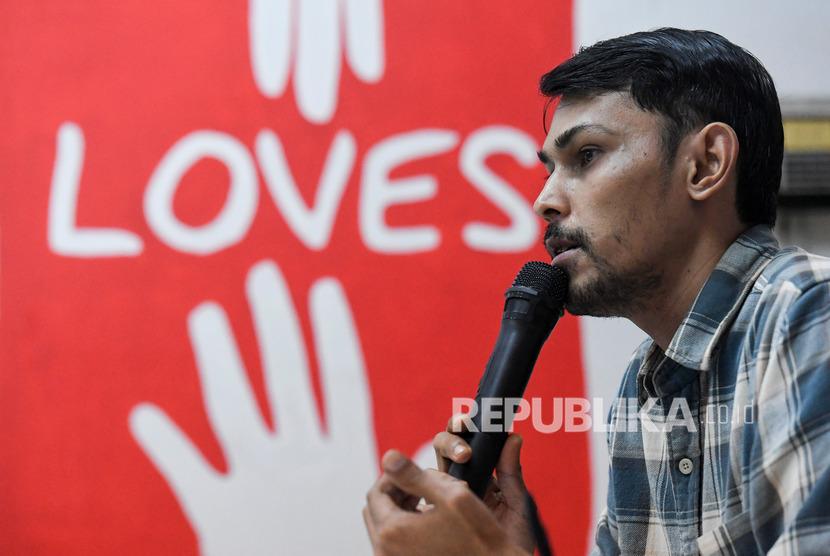 Kepala Divisi Advokasi dan Pembelaan HAM Komisi untuk Orang Hilang dan Korban Tindak Kekerasan (Kontras) Arif Nur Fikri menyampaikan keterangan pers terkait catatan 100 hari kinerja Jokowi-Ma