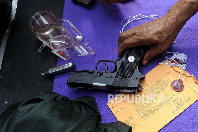 Petugas memperlihatkan barang bukti senjata air softgun. (Ilustrasi)