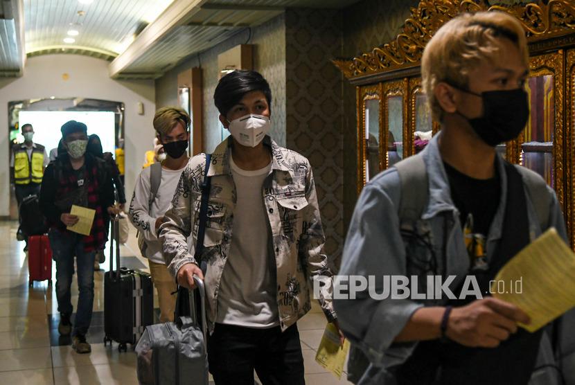 Tujuh orang mahasiswa asal Sumatera Selatan yang menjalani pendidikan di Jiangsu Normal University, China tiba di Bandara International Sultan Mahmud Baddarudin (SMB) II Palembang, Sumatera Selatan, Sabtu (1/2/2020).