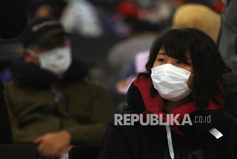 Wabah corona berdampak pada sektor pariwisata Indonesia. Foto sejumlah penumpang maskapai China Eastern tujuan Shanghai China menunggu di Terminal 3 Bandara Soekarno Hatta, (ilustrasi).