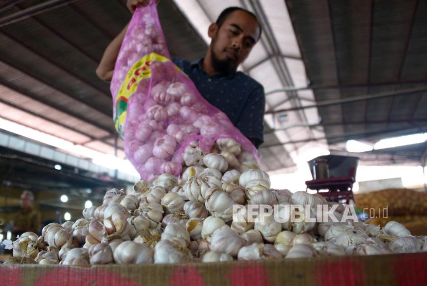Pedagang menumpukan bawang putih impor dari China. ilustrasi