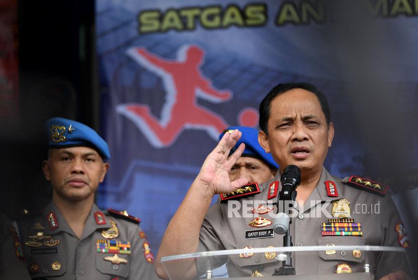 Wakil Kepala Kepolisian RI Komisaris Jenderal Gatot Eddy Pramono (kanan) didampingi Ketua Satgas Antimafia Bola Brigadir Jenderal Pol Hendro Pandowo memberikan keterangan kepada wartawan.