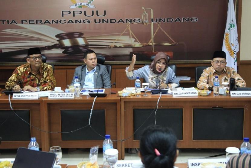 Rapat kerja antara Komite III DPD RI dengan Menteri Pariwisata dan Ekonomi Kreatif di Ruang Rapat Tarumanegara di Gedung DPD RI, Jakarta (11/2)
