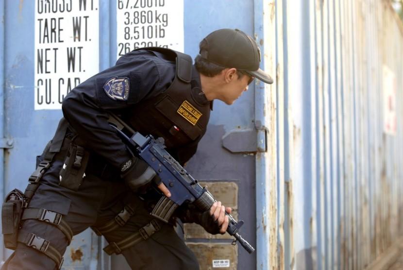 Tampak petugas bea cukai sedang melakukan penindakan terhadap  aksi penyelundupan.