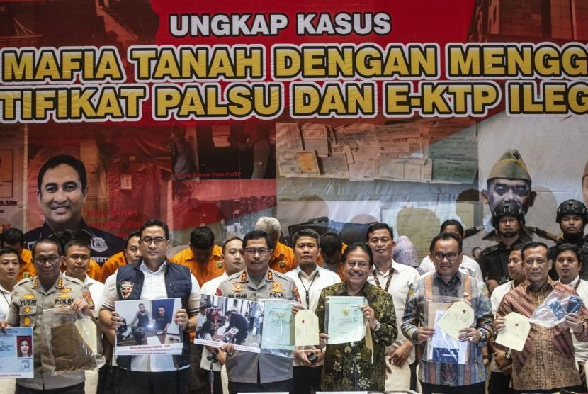 Menteri ATR/Kepala BPN Sofyan Djalil (ketiga kanan) bersama Kapolda Metro Jaya Irjen Pol Nana Sudjana (ketiga kiri) dan masing-masing jajaran menunjukkan barang bukti saat rilis kasus sindikat mafia tanah di Jakarta, Rabu (12/2/2020).