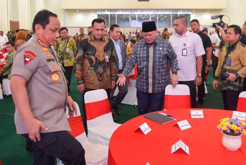 Ketua DPD RI, La Nyalla Mattalitti (tengah) bersama Ketua KPK Firli Bahuri (kedua kiri) dan Wakapolri Komjen Pol Gatot Eddy Pramono (kiri) tiba di ruangan saat Seminar Nasional di Kompleks Parlemen, Senayan, Jakarta, Senin (24/2/2020).
