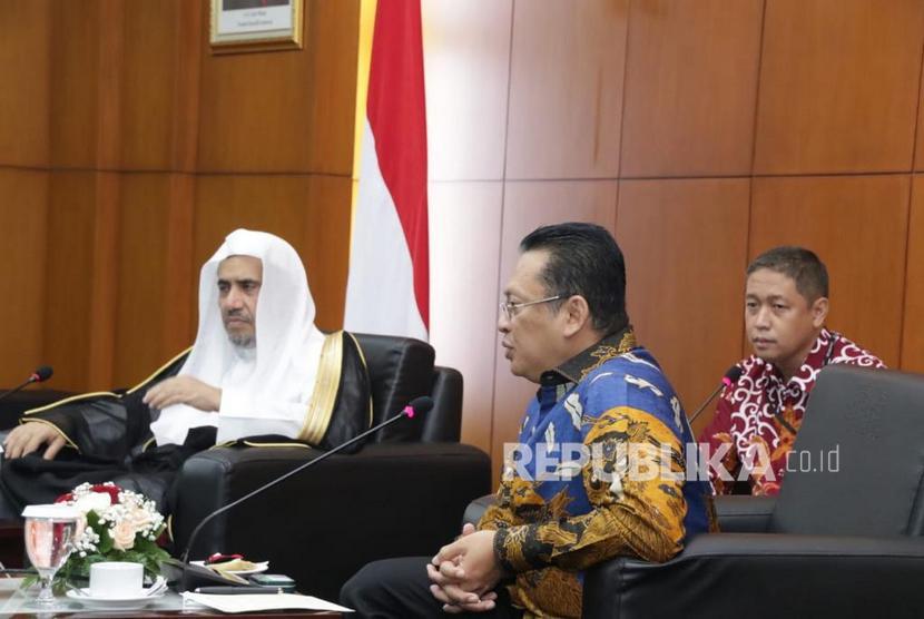 Ketua MPR RI Bambang Soesatyo menerima kunjungan Sekretaris Jenderal Liga Muslim Dunia (Rabithah Al Alam Al Islami), H.E. Mr. Sheikh Mohammed bin Abdulkarim Al Issa, di Gedung MPR RI, Jakarta, Kamis (27/2/20).