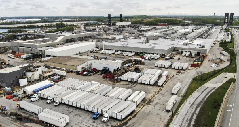 Foto udara fasilitas FCA Chrysler Belvidere Assembly yang tertutup tempat kendaraan Jeep SUV diproduksi, Belvidere, Illinois, AS, Senin (18/5). Presiden General Motors Co mengatakan bahwa pasokan global semikonduktor akan kembali stabil.