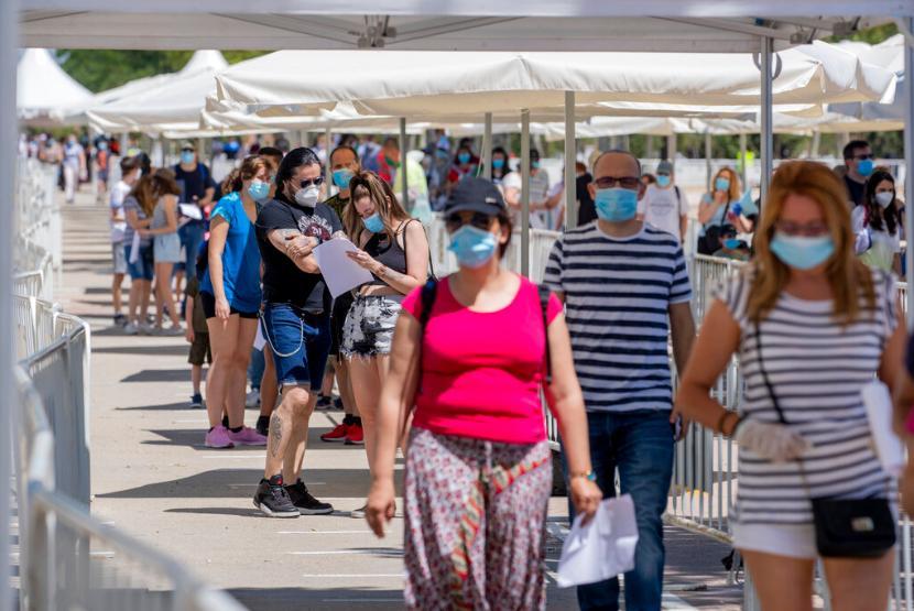 Spanyol akan segera mencabut aturan pemakaian masker.