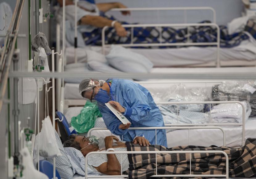 RS Brasil Kekurangan Obat Penenang. Pasien COVID-19  berbicara dengan putranya melalui video call ketika dirawat di rumah sakit lapangan yang dibangun di dalam gym di Santo Andre, di Sao Paulo, Brasil, Selasa (9/6).
