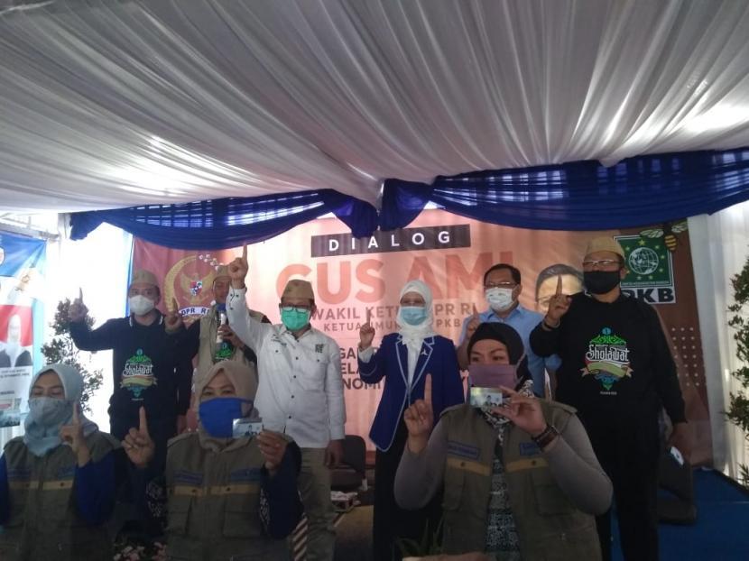 Ketua Umum PKB, Muhaimin Iskandar mengampanyekan 'tiga kartu sakti' yang diberi nama Kartu Peduli Umat Melayani Rakyat (PUMR), dalam Pilkada Indramayu, Jumat (6/11).