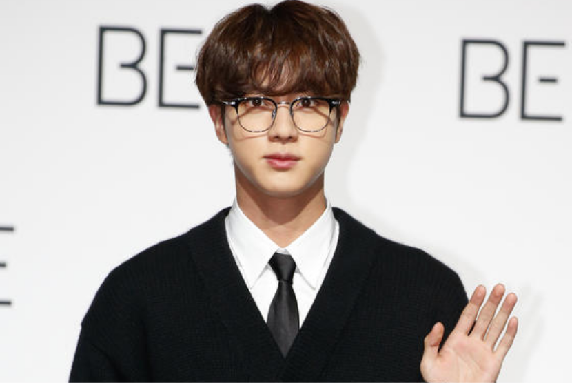 Jin, yang merupakan anggota grup K-pop BTS dikenal karena kepribadiannya luar biasa.