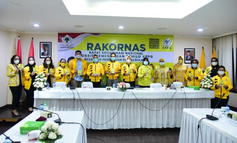 Ketua Umum Pengurus Pusat Kesatuan Perempuan Partai Golkar (KPPG) Airin Rachmi Diany (keenam kiri) bersama jajaran pengurus pusat di sela Rakornas KPPG pada Jumat (4/12).