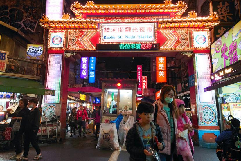 Warga beraktivitas di salah satu pasar di Taipei, Taiwan, Ahad (29/11).