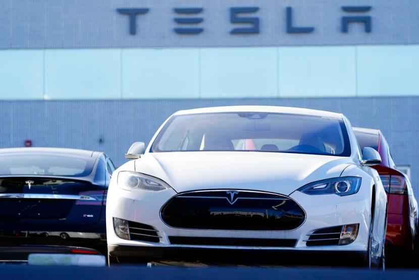 Sedan Tesla terparkir di diler Littleton, Colorado, AS