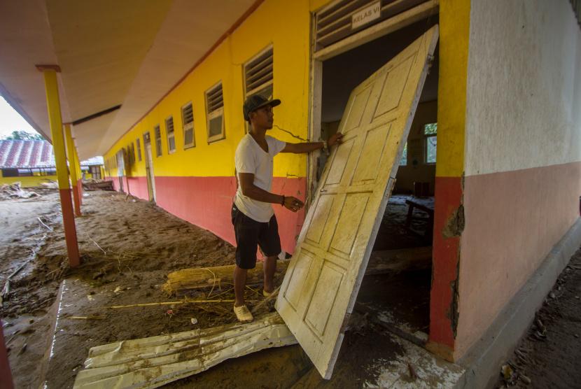 Warga melihat kondisi sebuah bangunan sekolah dasar negeri  (ilustrasi)