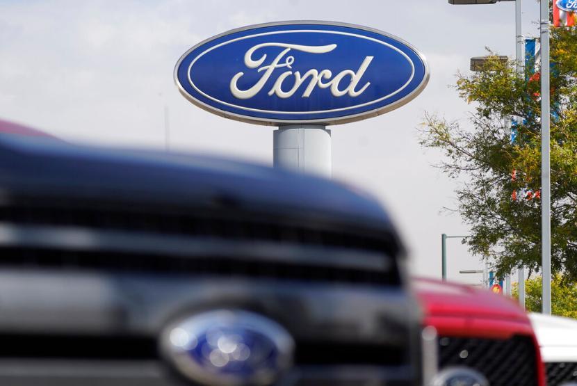 Mobil melintas di depan diler Ford di Denver, Amerika Serikat. Ford Motor menarik dari peredaran 661 ribu unit SUV Explorer di Amerika Utara.