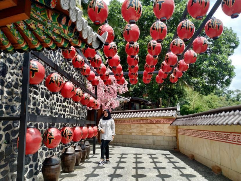 Suasana Jeju Park, anjungan Korea di Malaya Park Taman Wisata Karangresik, Kota Tasikmalaya.