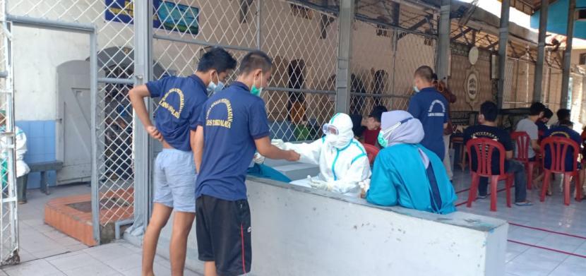 Ratusan napi di Lapas Kelas II B Tasikmalaya menjalani tes swab, Kamis (8/4).