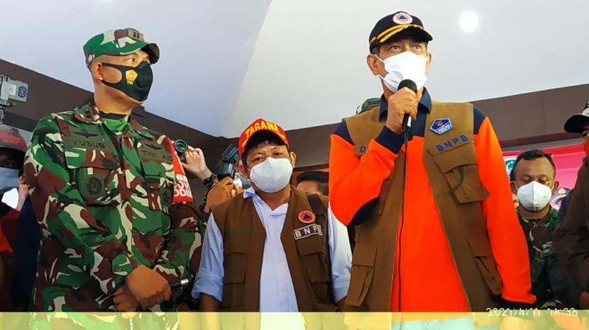 Kepala BNPB Doni Monardosaat meninjau lokasi terdampak gempa di Kabupaten Malang, Ahad (11/4).