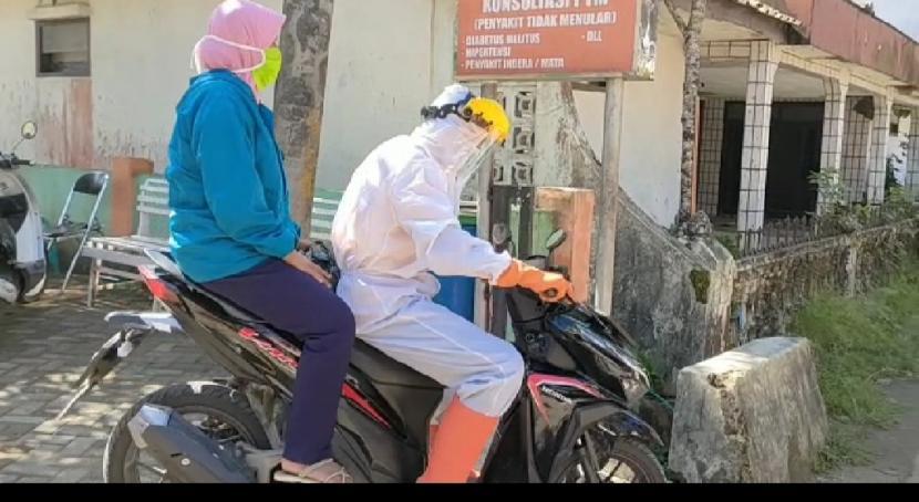 Pasien Covid-19 di Kecamatan Cisewu, Kabupaten Garut, diantarkan petugas menggunakan sepeda motor, Rabu (9/6). Pasien menolak diantar dari puskesmas ke rumah menggunakan ambulans karena dinilai akan membuat lingkungannya gaduh.
