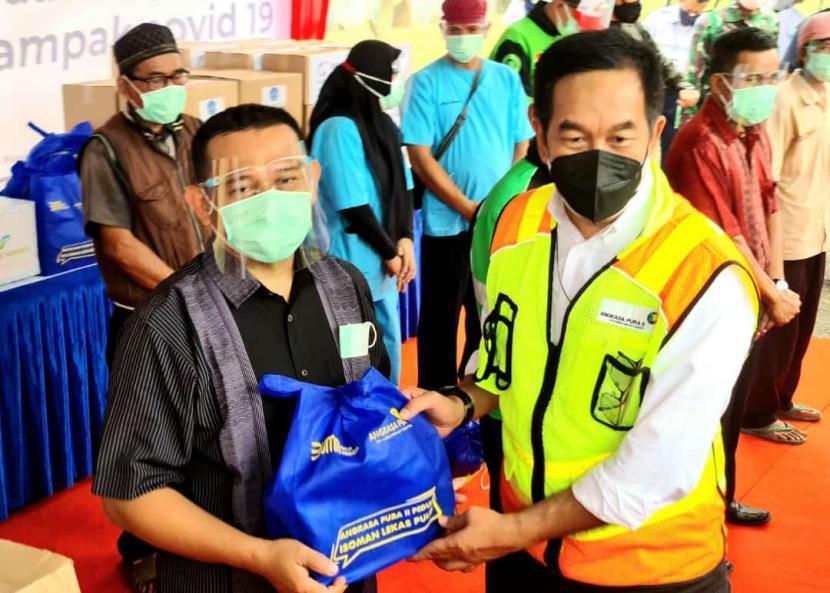 Penyerahan secara simbolis 1.000 paket bantuan multivitamin dan nutrisi dari AP II kepada warga yang menjalani isolasi mandiri di sekitar Bandara Soekarno-Hatta (34 kecamatan di Kota dan Kabupaten Tangerang), serta di 17 kecamatan di DKI Jakarta, Bogor, Depok dan Bekasi.