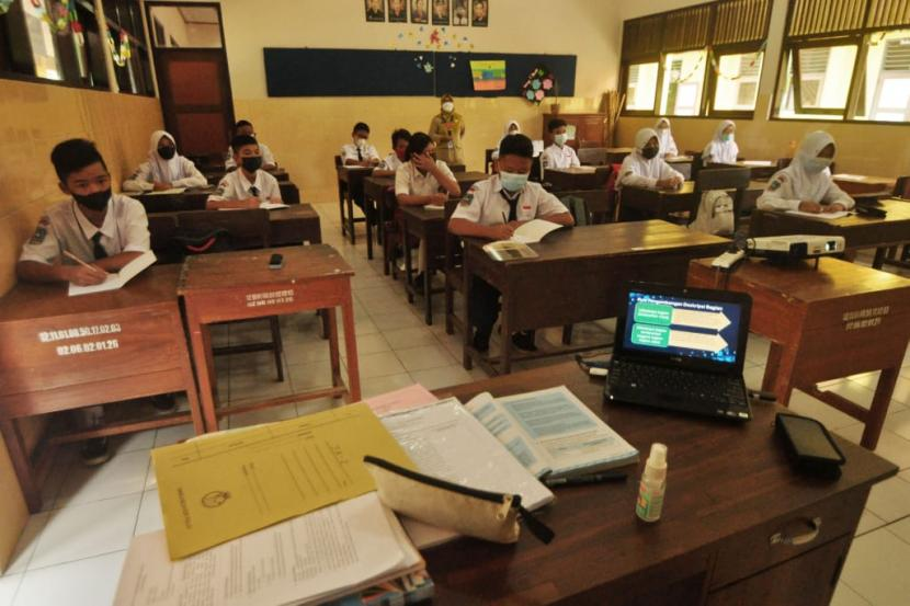 Para siswa kelas VII SMP di Kabupaten Semarang mengikuti pembelajaran tatap muka (PTM) di sekolah. Sebanyak 52 SMP negeri, 49 SMP swasta, 455 SD negeri, dan 28 SD swasta yang ada di Kabupaten Semarang menggelar PTM serentak terbatas dan menerapkan protokol kesehatan ketat.