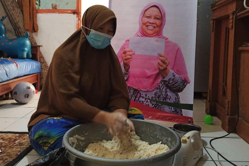 Saat didatangi relawan Rumah Zakat pada Kamis (16/9), anggota BUMMas sedang memproduksi camilan yang akan dipasarkan.