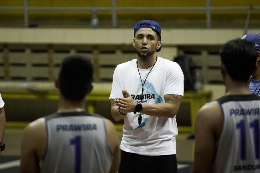 Pelatih baru Prawira, David Singleton, memimpin tim latihan.
