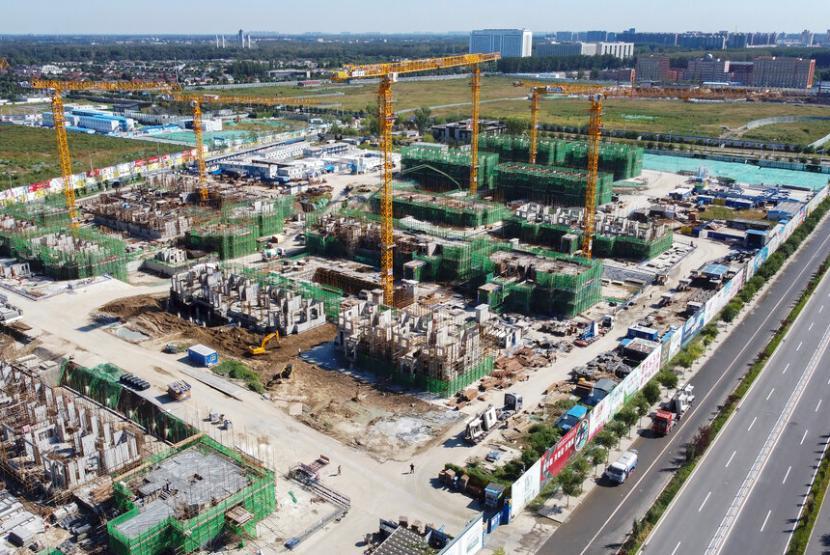 Foto udara proyek pembangunan perumahan milik developer Evergrande di Beijing, Rabu (22/9).